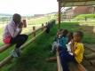 孩子们会教彼此吹口琴